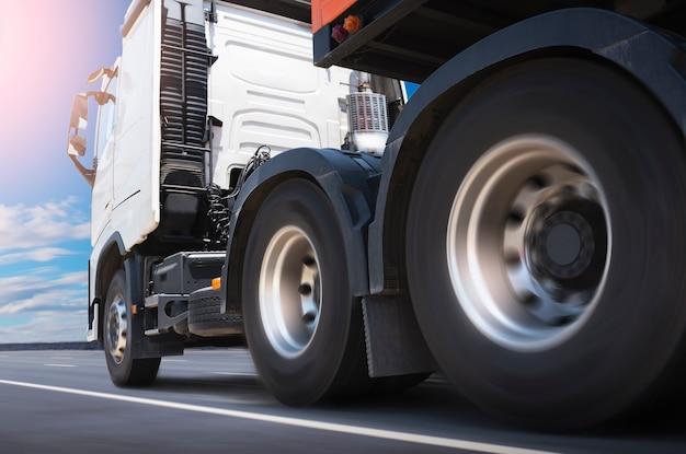 Грузовик с полуприцепом на шоссе дорожные колеса колеса для грузовиков промышленность логистика грузовых автомобилей