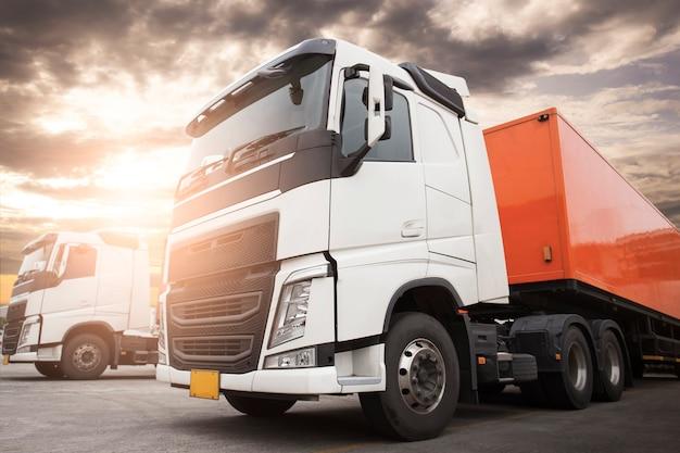 일몰 하늘 도로 화물 트럭 물류 및 화물 운송 개념에 주차 세미 트레일러 트럭