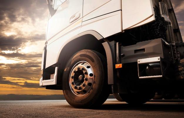 일몰 하늘에 세미 트럭 주차 산업 화물 트럭 운송