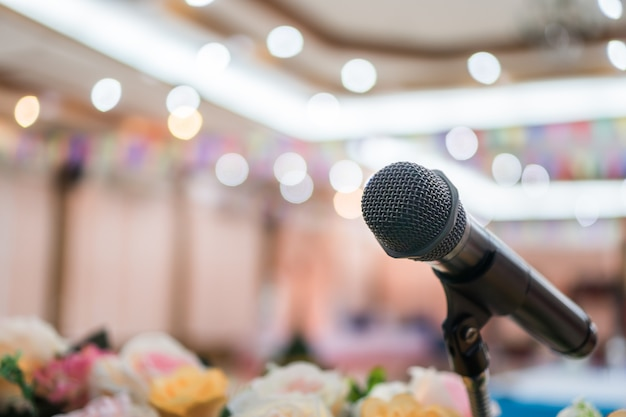 Концепция конференции семинара: микрофоны для выступления или выступления в конференц-зале семинара, подготовка к лекции для аудитории университета. деловая встреча или обучение преподаванию iimage
