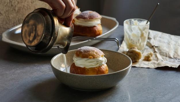 Semlaまたはsemlor、vasklakukkel、laskiaispullaは、スウェーデンのさまざまな形で作られた伝統的な甘いロール