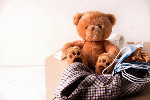 ケアを送る。自宅からの寄付。段ボール箱の中、物やおもちゃ。