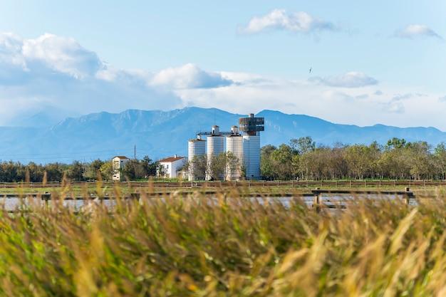 Обсерватория сениллоса на закате в природном парке болот ампурдин, жирона, каталония, испания.