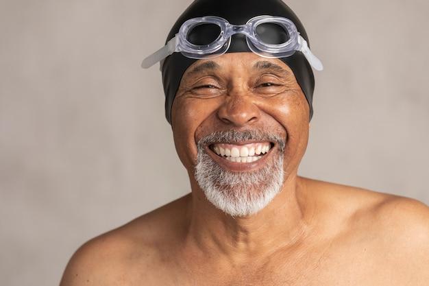 수영 모자와 고글을 착용하는 수석 아프리카 계 미국인 수영