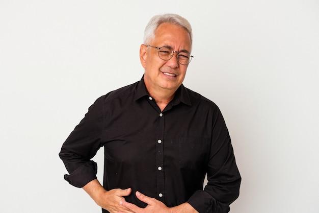 肝臓の痛み、胃の痛みを持っている白い背景で隔離の年配のアメリカ人男性。