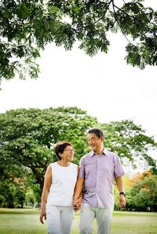 Старшие азиатские пары в парке
