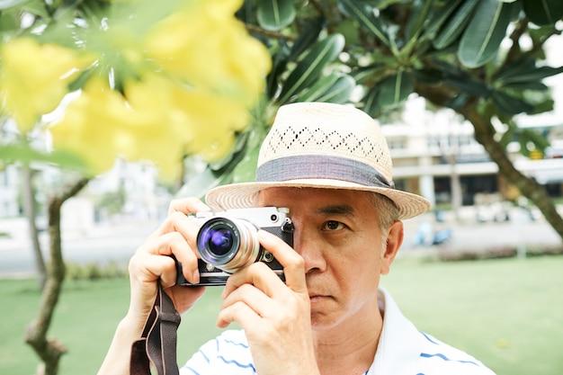 Старший азиатский мужчина фотография цветок