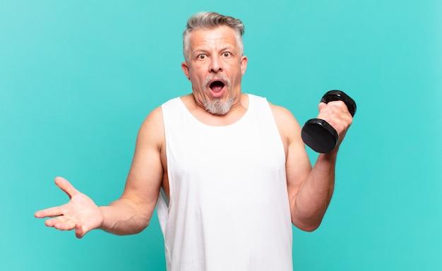 Старший спортсмен-мужчина чувствует себя чрезвычайно шокированным и удивленным, встревоженным и паническим, с напряженным и испуганным взглядом