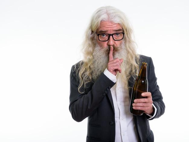 ビールのボトルを保持しているシニアひげを生やしたビジネスマン