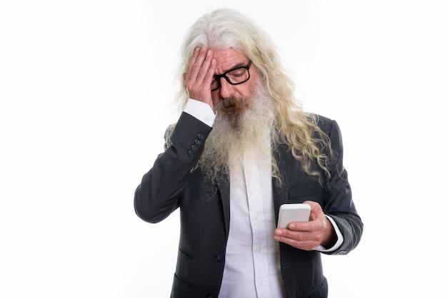 ストレスを感じているシニアひげを生やしたビジネスマン