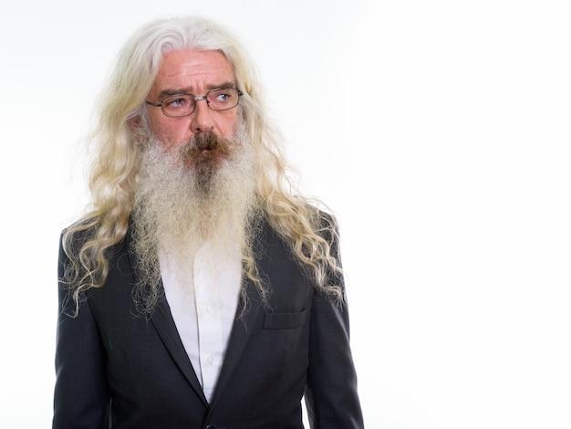 Старший бородатый бизнесмен думает в очках