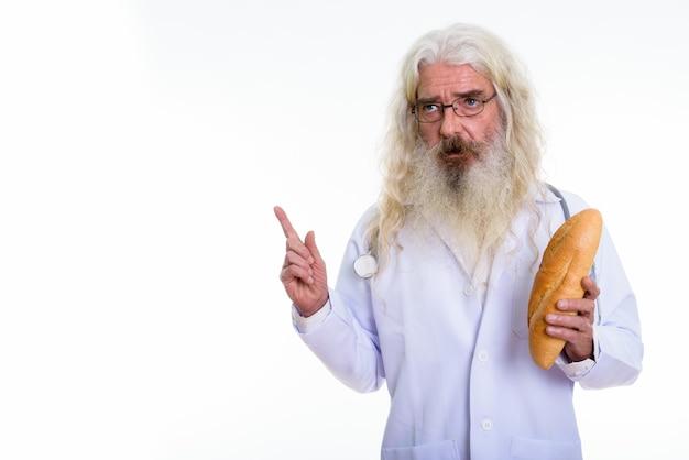 Старший бородатый мужчина доктор думает