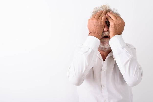 白の両手で目を覆っている間怖い探してシニアのひげを生やした男