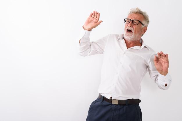 白の眼鏡を着用しながら発生した両腕で怖がって探しているシニアのひげを生やした男