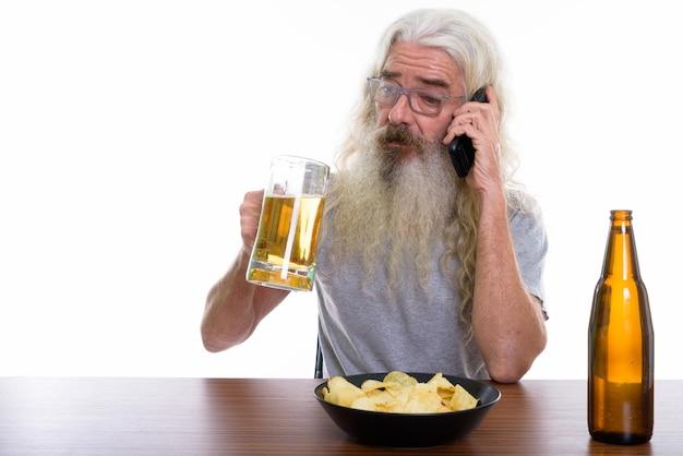 수석 수염 된 남자 휴대 전화 통화