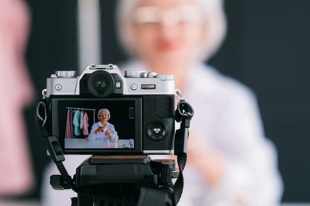 수석 뷰티 스타일 블로거. 성공적인 비즈니스 우먼입니다. 비디오 자습서를 만드는 세련된 할머니.