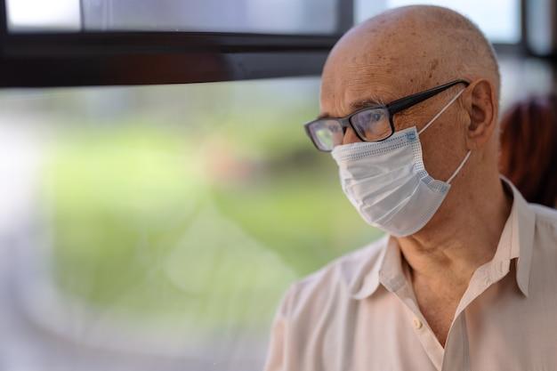마스크를 착용하고 건강을 돌보는 노인 버스 승객