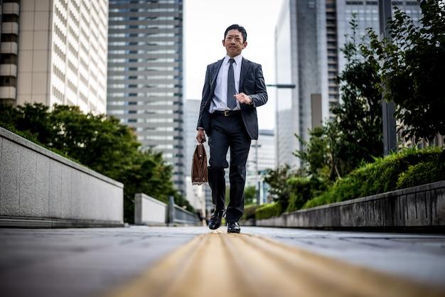 Старший деловой человек моменты на улицах токио