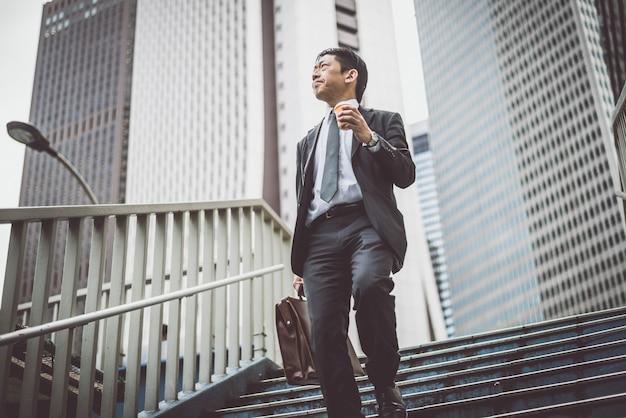 도쿄의 거리에서 수석 비즈니스 남자 순간