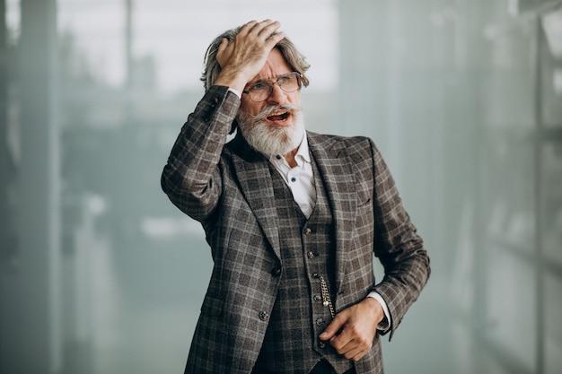 Старший деловой человек, показывающий эмоции