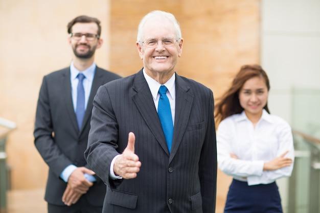 上げ親指アップ笑顔のシニアビジネスマン