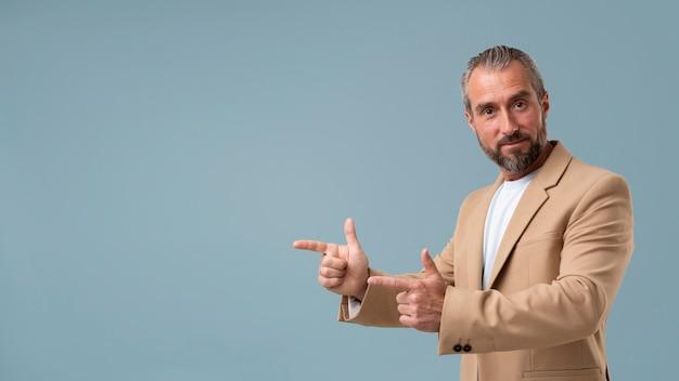 Uomo d'affari senior in abiti formali Foto Gratuite