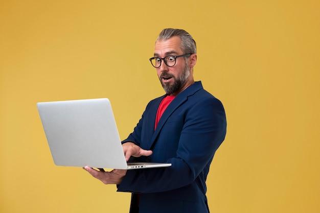 ノートパソコンを持っているシニアビジネスマン