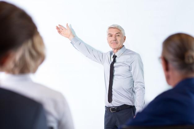 Anziano presentazione uomo d'affari e del pubblico