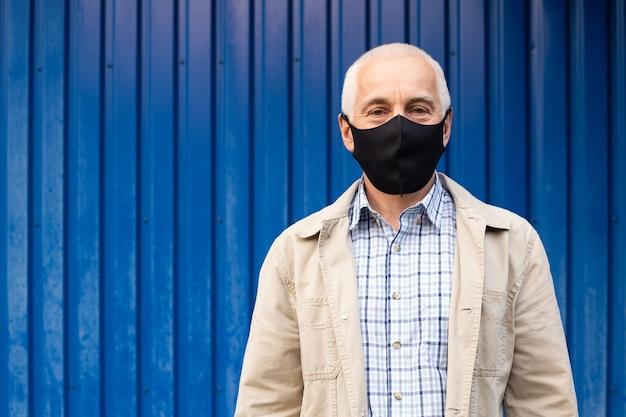 수석 사업가 파란색 배경, copyspace, 텍스트, 건강 관리 개념에 대 한 장소에 전염병 및 독감에 대한 보호 마스크를 착용합니다. 코로나 바이러스 건강 격리.