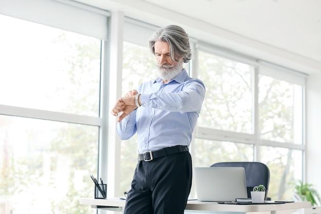 オフィスで働くシニアビジネスマン
