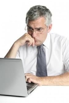 노트북 작업에 초점을 맞춘 고위 실업가