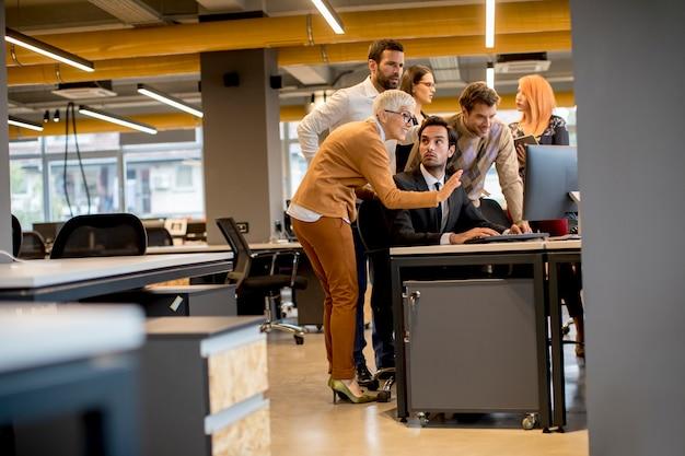 Старший бизнесмен и молодые бизнесмены работают в офисе