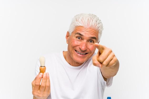 白人の年配の男性が最近、正面を向いた陽気な笑顔を剃った。