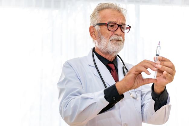 病室で注射器で上級白人専門医医師。