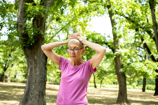 훈련을 실행하는 동안 두통이 수석 백인 여자.