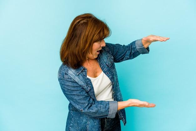 수석 백인 여자 절연 충격과 손 사이의 복사본 공간을 잡고 놀랐습니다.