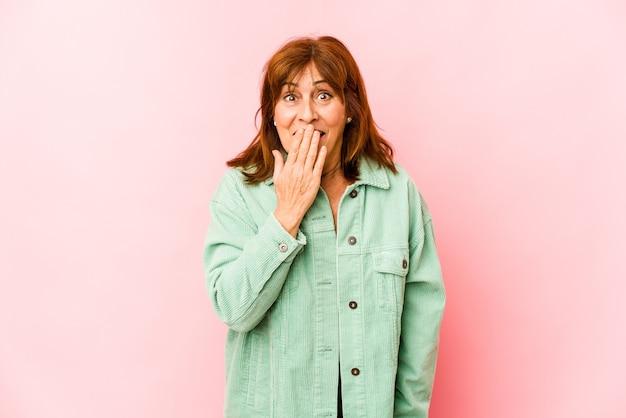 白人の年配の女性はショックを受け、口を手で覆い、何か新しいものを発見することを切望していました。