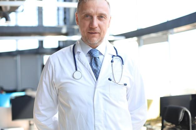 청진 기와 흰 가운에 수석 수석 의사입니다.