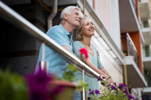 Старшая пара, любуясь видом в городе