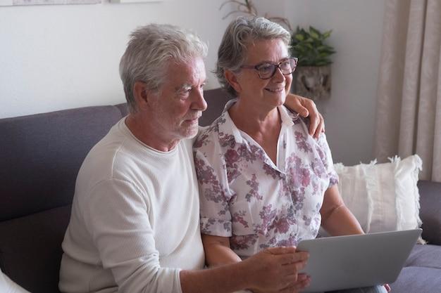 노트북 컴퓨터에 집에서 websurfing 수석 부부