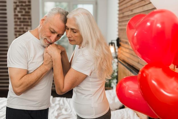 年配のカップルが自宅でバレンタインの日を祝う