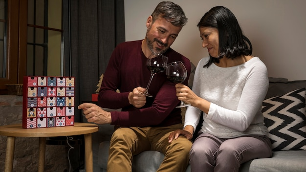 ワインのグラスと応援シニアカップル