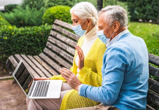 유행성 격리 기간 동안 친척 및 부모와 원격으로 의사 소통하는 노인 부부