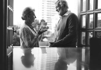 Пожилая пара счастья в повседневной жизни