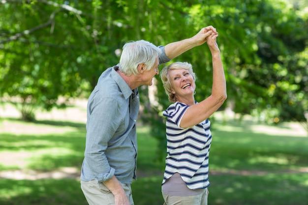 Пожилая пара танцует