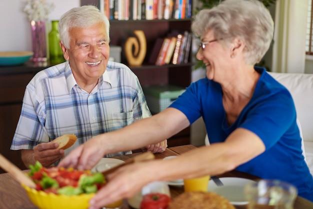 맛있는 아침 식사를 먹는 노인 부부