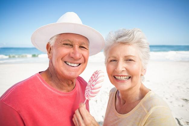ロリポップを食べる年配のカップル
