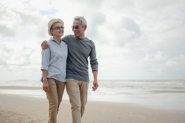 老夫婦は浜辺を歩くことを受け入れ、幸せな引退をコンセプトに生命保険を計画します。