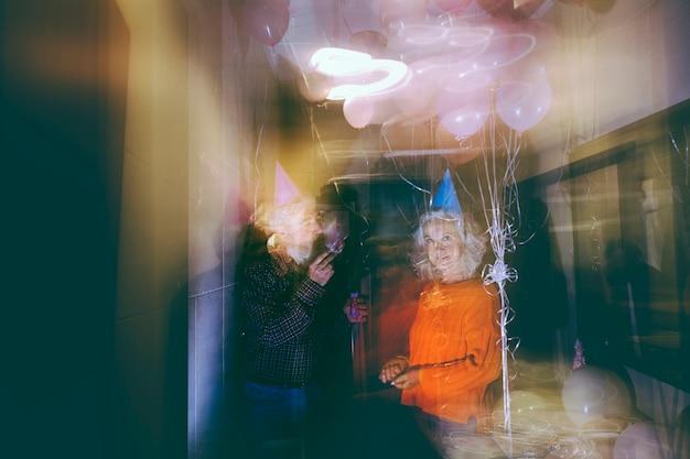 생일 파티에서 즐기는 노인 부부