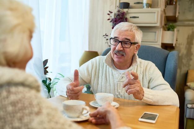 ティータイムを楽しむ年配のカップル